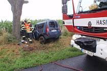 K tragické dopravní nehodě došlo před šestou hodinou ranní mezi obcemi Srnov a Dřínov. Zemřela při ní šestatřicetiletá řidička osobního auta značky Dacia Logan, která narazila do stromu.