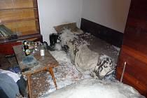 Požár lůžkovin a oblečení těžce zranil muže v Sulimově.