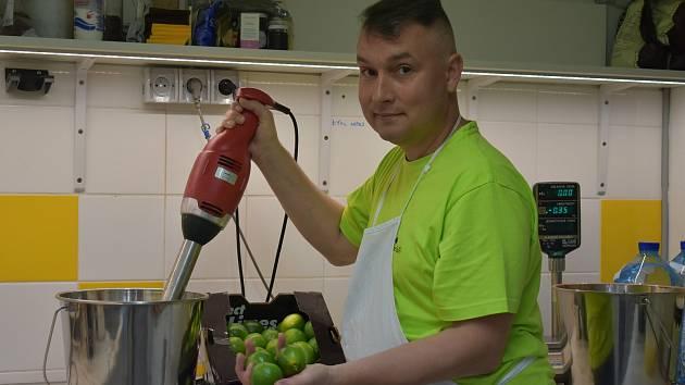 Zmrzlinář Michal Říha (na snímku) vyrábí v Pravčicích italskou zmrzlinu.