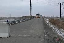 Nechtěný most v Pravčicích na Kroměřížsku je konečně průjezdný. Dělníci z něj ve čtvrtek 26. ledna uvolnili zátarasy. Dlouhý spor o jeho údržbu, který vyústil do zablokování mostu betonovými panely, se rozřešil. Stavba přejde do vlastnictví Hulína.