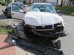 Devatenáctiletá řidička Škody Octavie při odbočování nedala přednost sedmapadesátiletému řidiči Fordu Mondea