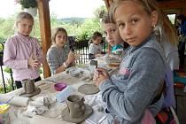 Hned pětatřicet mladých tvůrců se letos sešlo na šestém keramickém ateliéru v přírodě pořádaném holešovským volnočasovým střediskem TyMy.