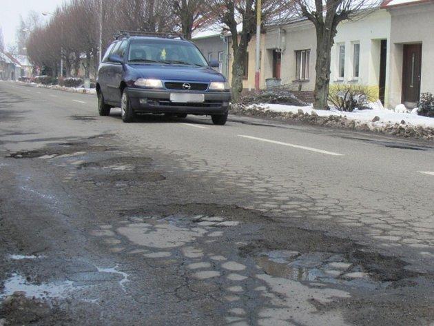 Silnice na ulici 6.května v Holešově je po zimě v katastrofálním stavu.