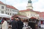 Velké náměstí zaplnily stánky s velikonočními ozdobami a výrobky řemeslníků. Velikonoční jarmark se koná během 11. a 12. dubna v rámci Poutních dnů v Kroměříži.
