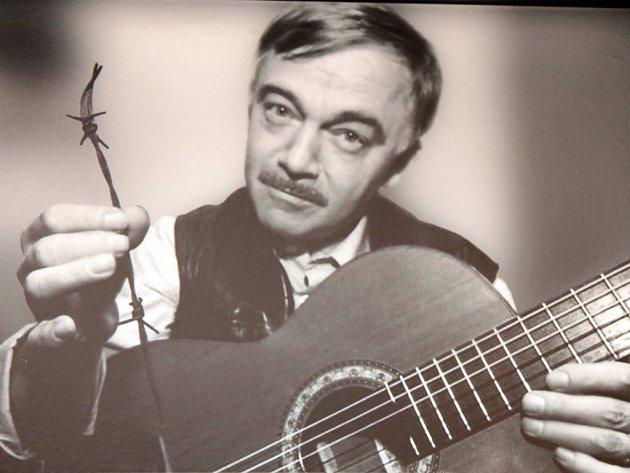 Karel Kryl. (Fotografie z expozice Karla Kryla ve Starém pivovaru v Kroměříži v Prusinovské ulici).