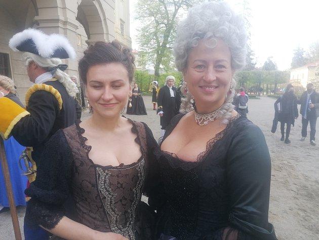 Komparz, Petra (vpravo) , Laura (vlevo)