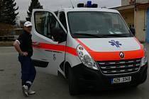 Řidič Vladimír Lorenc předvedl 13.3. novou moderní sanitku kroměřížské nemocnice.