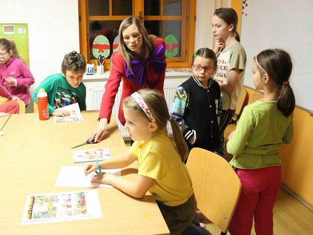 Třicet dětí z Bystřice i okolí si v rámci Noci s Andersenem užilo kromě četby také bohatý program. Nechyběly ani venkovní aktivity, které se s večeří u ohniště protáhly až do tmy.