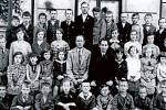 SKAŠTICE. 30. léta. Děti se ve Skašticích učily v budově na návsi hned naproti kostelu. Dnes se zde vzdělávají pouze ti nejmenší, sídlí tady totiž mateřská školka.