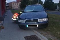 Nehodu, při níž unikal z havarovaného auta olej, museli v neděli ráno řešit hasiči a policisté v Bystřici pod Hostýnem.