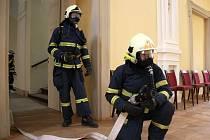 Cvičení hasičů na holešovském zámku.