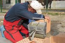 V holešovské Školní ulici se v září 2011 začalo stavět osm rodinných domků.