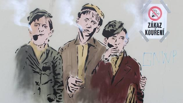 Mezi lidmi už poměrně oblíbený neznámý pouliční umělec se v Hulíně zapsal čtvrtým výtvorem. Tím je po Paleckém, Stojanovi a Havlíčkovi trojice kuřáků na zdi u hulínského nádraží.