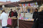 KROMĚŘÍŽSKÉ FARMÁŘSKÉ TRHY SI BUDUJÍ TRADICI. Nabídka stánkařů, ale i zajímavý doprovodný program přilákalo v sobotu na Hanácké náměstí v Kroměříži mnoho návštěvníků, především pak rodiny s dětmi.