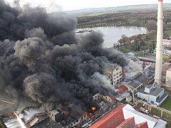Obrovský požár likvidovali hasiči ve firmě Remiva v Chropyni v pátek 8. dubna