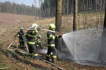 Při pálení dřevního odpadu vzplál v Pacetlukách i okraj lesa a tráva