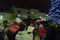 V Holešově se ve středu 9.12. lidé připojili k akci Česko zpívá koledy na tamním náměstí Dr. Beneše.