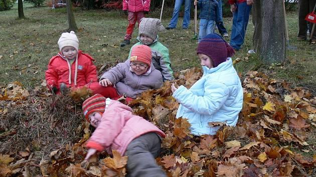 Děti ve věku od dvou do sedmi let v sobotu v Kroměříži uspávaly zahradu mateřského centra Klubíčko. Pomohly shrabat listí, pochutnaly si na domácím štrůdlu a také si zahrály noční bojovou hru. Za svitu luceren hledaly na zahradě krmení pro lesní zvěř.