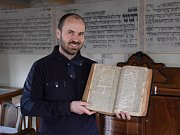 Mimořádný výtisk knihy od židovského učence Šacha z roku 1677 se v minulých dnech podařilo získat v aukci holešovské synagoze. Výjimečné vydání přicestovalo do Holešova až z New Yorku a rozšíří stávající expozici rabínových knih, zároveň bude nejstarší z