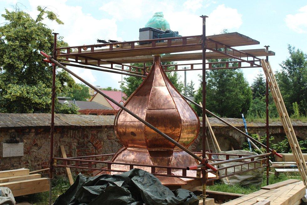 Vkládání dvou časových schránek do kopule kostela sv. Václava v Hulíně