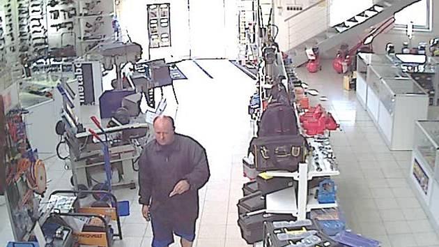 NEZNÁTE HO? Po muži na snímku pátrá policie v souvislosti s krádeží elektrického kladiva v Kroměříži.
