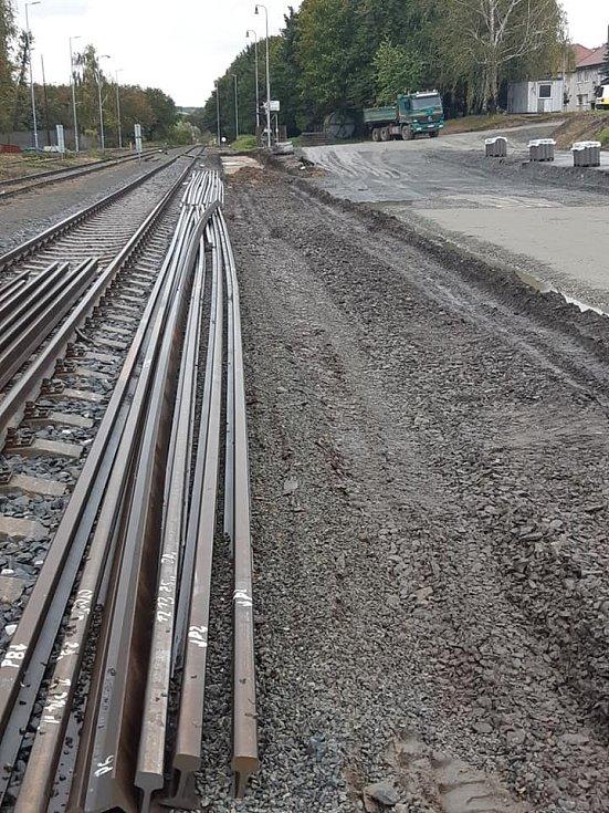 """Nové """"nákladiště"""", které vzniká vedle nádraží pro osobní železniční dopravu."""