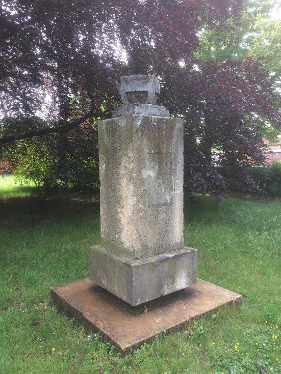 Pomník Antonína Švehly před rekonstrukcí.