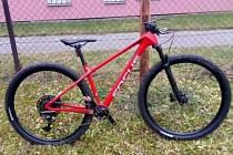 Zloděj v Hulíně odcizil závodní a na zakázku skládané červené kolo značky Focus typu Raven .