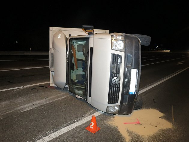 K nehodě na křižovatce u výjezdu z Kroměříže museli ve čtvrtek ráno vyjíždět kroměřížští dopravní policisté. Dvaatřicetiletý řidič Volkswagenu Caddy nedal přednost sedmadvacetiletému řidiči nákladního auta Volkswagen LT35, který jel od centra města na Hul