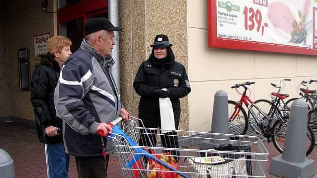 Před kroměřížskými obchody varovali 10. prosince policisté obyvatele města před kaspáři.