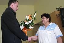 V kroměřížské nemocnici se ředitel Pavel Calábek rozloučil s dlouholetou pracovnicí chirurgického oddělení Ludmilou Vymětalovou.