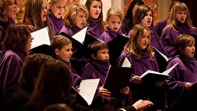 Duchovní a populární skladby, ale i koledy zazněly v pátek večer v bystřickém kostele. Část svého repertoáru tam představil přerovský sbor Vocantes a kvarteto Canteto.