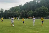 Fotbalisté Holešova (v bílých dresech) v sobotu získali první vítězství letošního ročníku Divize E.