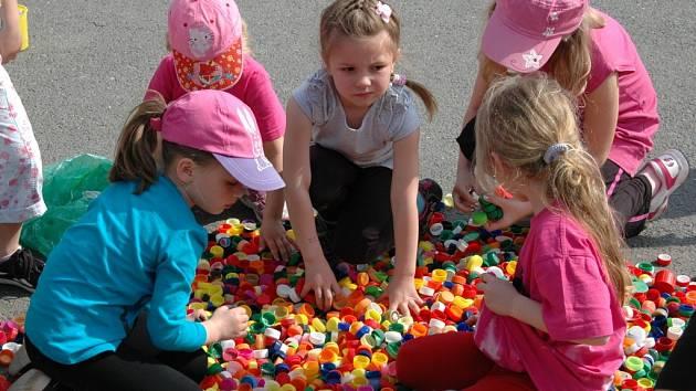Už počvtrté oslavovali děti s rodiči v Prusinovicích Den Země. Letos skládáním obrázků z vršků od PET lahví.