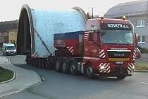 Dvě nákladní auta s nadměrným nákladem v úterý 4. listopadu zkomplikovala dopravu v okresním městě i na celé trase Kroměříž – Střílky.