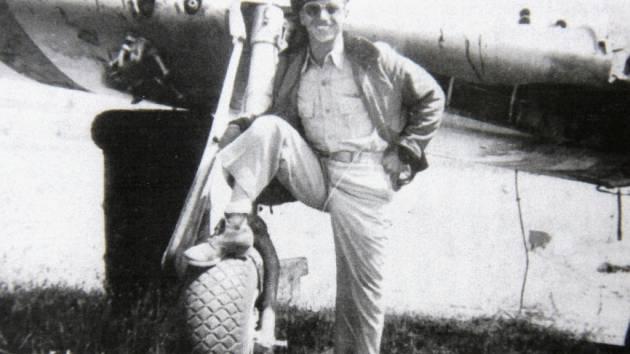 70 let loni uplynulo od letecké bitvy nad oblastí Hané, při níž přišel v srpnu 1944 u Věžek na Kroměřížsku o život americký pilot James E. Hoffman. Na snímku stojí u svého letounu Mustang, který byl poškozen už během bitvy v červnu 1944.