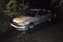 Osobní vozidlo Honda Civic havarovalo do koryta říčky Bystřička.