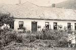 Fotografie z dvacátých let zachycuje chvalčovskou pálenici a obytnou část tamního mlýna. Z palírny byly postupem času také byty a zemědělské družstvo. Dnes je chvalčovská budova celému Česku známá kvůli nechvalně proslulé likérce Drak, která v ní sídlila.