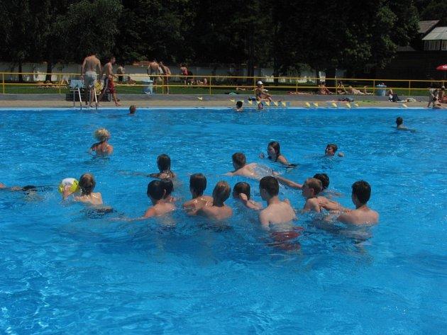 V parném létu je nejlépe u vody. Na koupaliště Bajda vyrazily desítky lidí.