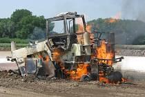 Požár plynovodu kontrolovalo několik jednotek profesionálních i dobrovolných hasičů z Kroměřížska.