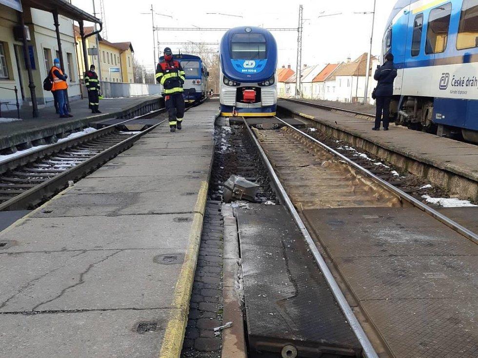 Osobní vlak Českých drah vykolejil ve stanici Hulín.