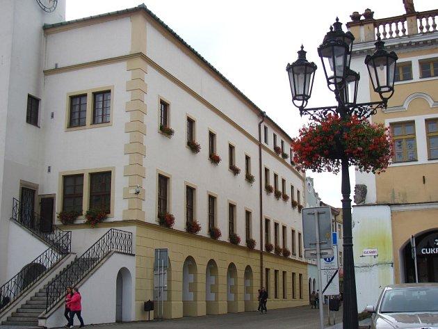 Šest památkových domů se letos v Kroměříži dočkalo opravy. Na budově radnice byla dokoncčena druhá etapa výměny oken a dveří.