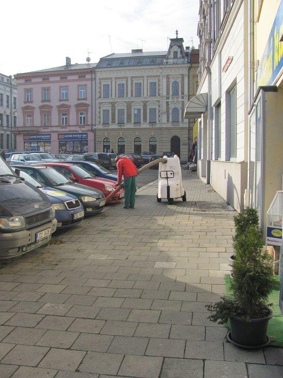 Pracovníci technických služeb vyrazili do terénu, zaměřili se na znečištěné ulice v Kroměříži a úklid popadaného listí, nedopalků a dalších odpadků.