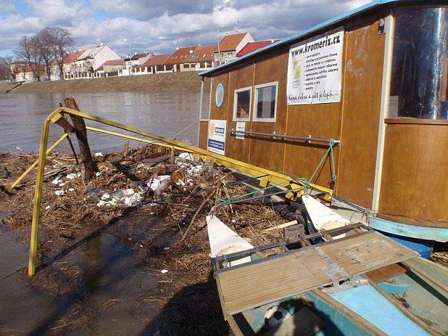 Vážné poškození kotviště na řece Moravě i upevněného hausbótu způsobil v pondělí 1. března před polednem v Kroměříži kmen stromu.
