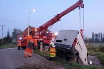 U Šelešovic spadla dodávka do strouhy, vozidlo vyprostil až jeřáb