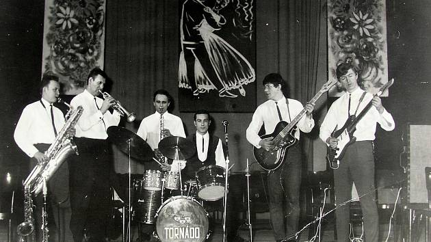 Čaje o páté v Holešově roku 1969. Na snímku je obvyklá hudební sestava, zleva: Rudolf Nedbal, Otto Šaler, Zdeněk Bednařík, František Nesrsta, Ota Šaler - syn a Miroslav Olšina. Za skupinou je typická výzdoba, používaná na čajích.