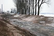 Ze břehu řeky Rusavy v Hulíně během druhého únorového týdne zmizelo asi deset vzrostlých topolů, které už byly přestárlé a nebezpečné. V místě byl během kácení zákaz vstupu, na řece se nesmělo bruslit.