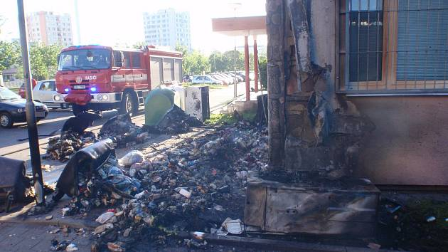 Požár kontejneru a paneláku na sídlišti Oskol v Kroměříži