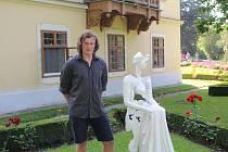 Na výstavě Sochy v zahradě ukázal své dílo mezi jinými Tomáš Zelený.
