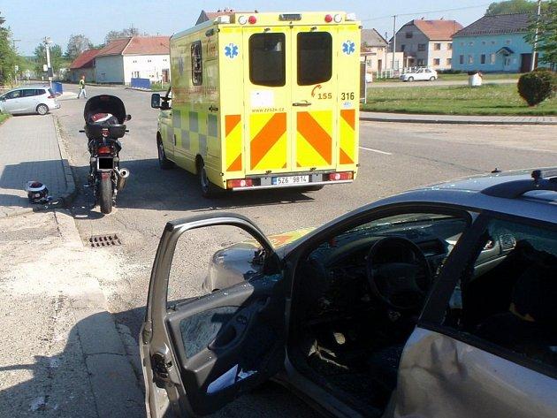 Kolize s osobním vozidlem skončila zraněním motorkáře